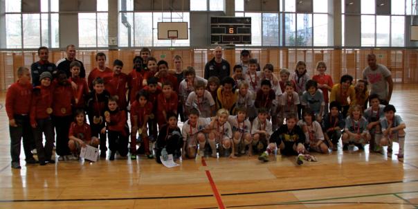 Abschliessendes Turnierfoto mit allen Beteiligten des U12 Hallen Fussball Turnier des SV Pefferwerk, Berlin, am 27.2.2011