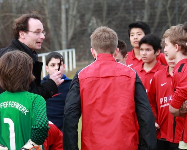 Letzte Instruktionen durch den Ersatztrainer vor Anpfiff. (11. April 2013)